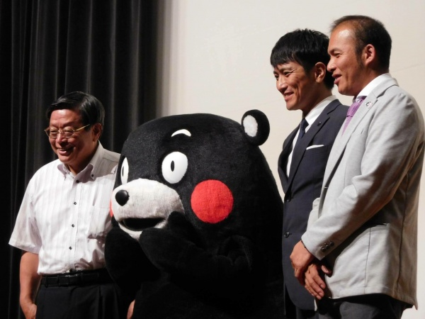 左から、竹山堺市長・くまモン・俳優の米村亮太朗さん・菊池から木原健一朗さん